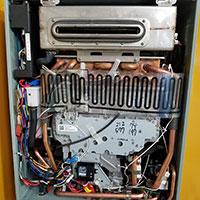 機器内部の水漏れ・ガス漏れ・燃焼状態・腐食等を確認し 機能部に関しては全て運転操作をし異常がないかを確認します。